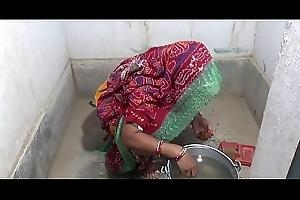 ससुर ने बहू के साथ किया सेक्स बाथरूम में